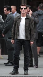 Tom Cruise - on the set of 'Oblivion' outside at the Empire State Building - June 12, 2012 - 376xHQ PcGxQFCX