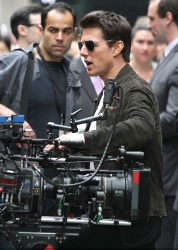 Tom Cruise - on the set of 'Oblivion' outside at the Empire State Building - June 12, 2012 - 376xHQ LRwcAgSF