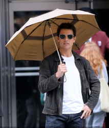 Tom Cruise - on the set of 'Oblivion' outside at the Empire State Building - June 12, 2012 - 376xHQ ZDV6wA4m