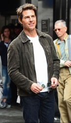Tom Cruise - on the set of 'Oblivion' in New York City - June 13, 2012 - 52xHQ KWbzcNU8
