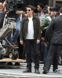 Tom Cruise - on the set of 'Oblivion' outside at the Empire State Building - June 12, 2012 - 376xHQ 5WrkBvny