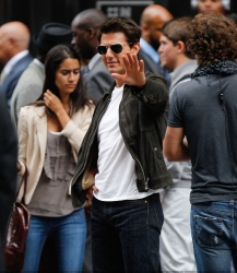Tom Cruise - on the set of 'Oblivion' outside at the Empire State Building - June 12, 2012 - 376xHQ CqYe5iSv