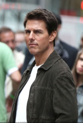 Tom Cruise - on the set of 'Oblivion' outside at the Empire State Building - June 12, 2012 - 376xHQ 1SUn2fED