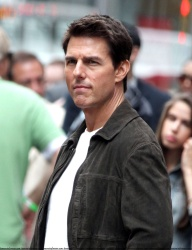 Tom Cruise - on the set of 'Oblivion' outside at the Empire State Building - June 12, 2012 - 376xHQ SMshFR2s