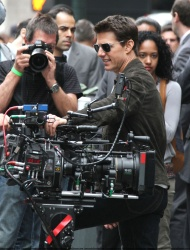 Tom Cruise - on the set of 'Oblivion' outside at the Empire State Building - June 12, 2012 - 376xHQ TXm0fCzr