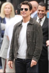 Tom Cruise - on the set of 'Oblivion' outside at the Empire State Building - June 12, 2012 - 376xHQ SyR3qw0z