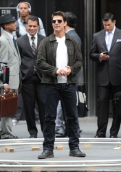 Tom Cruise - on the set of 'Oblivion' outside at the Empire State Building - June 12, 2012 - 376xHQ KO2wh7Q3