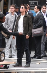 Tom Cruise - on the set of 'Oblivion' outside at the Empire State Building - June 12, 2012 - 376xHQ HtvyN2jg
