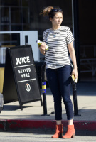 Nina Dobrev heads to a medical building chatting on her cell (June 03) MIeYkWcY