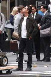 Tom Cruise - on the set of 'Oblivion' outside at the Empire State Building - June 12, 2012 - 376xHQ 2dSZgDKV