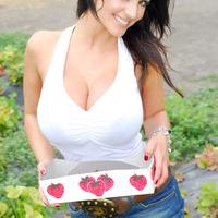 Дениз Милани, фото 4221. Denise Milani Plucking Strawberry., foto 4221