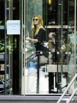 adzUcOkE [Medium Quality] Rosie Huntington Whiteley out in London 8/21/13 high resolution candids