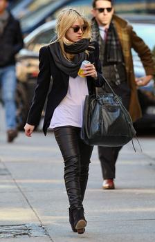 Dakota Fanning / Michael Sheen - Imagenes/Videos de Paparazzi / Estudio/ Eventos etc. - Página 5 AalHxZxO