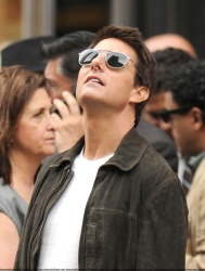 Tom Cruise - on the set of 'Oblivion' outside at the Empire State Building - June 12, 2012 - 376xHQ 2dPTCZiD