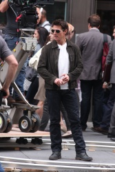 Tom Cruise - on the set of 'Oblivion' outside at the Empire State Building - June 12, 2012 - 376xHQ B9woLr9a