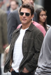 Tom Cruise - on the set of 'Oblivion' outside at the Empire State Building - June 12, 2012 - 376xHQ IzlmNYKt