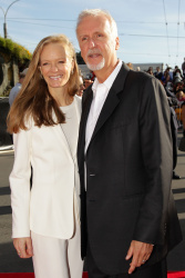 Suzy Amis & James Cameron - 'The Hobbit An Unexpected Journey' World Premiere at Embassy Theatre in Wellington, New Zealand - November 28. 2012 - 3xHQ Ub5hOe7Q