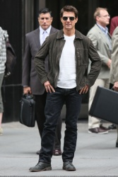 Tom Cruise - on the set of 'Oblivion' outside at the Empire State Building - June 12, 2012 - 376xHQ 0TO0SOvB