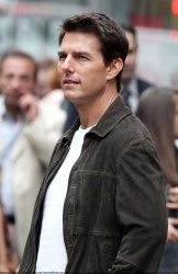 Tom Cruise - on the set of 'Oblivion' outside at the Empire State Building - June 12, 2012 - 376xHQ CHyJBoa2