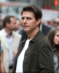 Tom Cruise - on the set of 'Oblivion' outside at the Empire State Building - June 12, 2012 - 376xHQ G89uXa8q