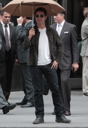 Tom Cruise - on the set of 'Oblivion' outside at the Empire State Building - June 12, 2012 - 376xHQ 2JVmWc7D