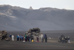 Tom Cruise - on the set of 'Oblivion' in Iceland - June 27, 2012 - 23xHQ 6l3kJvAV