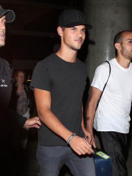 Taylor Lautner - Imagenes/Videos de Paparazzi / Estudio/ Eventos etc. - Página 38 Acr3ZIT1