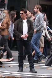 Tom Cruise - on the set of 'Oblivion' outside at the Empire State Building - June 12, 2012 - 376xHQ T5fJyAHA