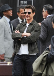 Tom Cruise - on the set of 'Oblivion' outside at the Empire State Building - June 12, 2012 - 376xHQ Z4G00iDq