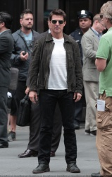Tom Cruise - on the set of 'Oblivion' outside at the Empire State Building - June 12, 2012 - 376xHQ LPj0l8aF