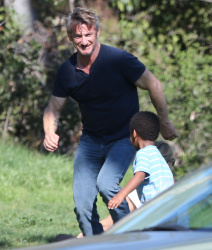 Sean Penn - Sean Penn and Charlize Theron - enjoy a day the park in Studio City, California with Charlize's son Jackson on February 8, 2015 (28xHQ) DSE3PXko