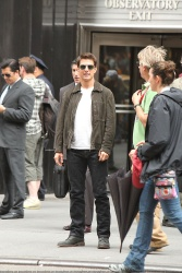 Tom Cruise - on the set of 'Oblivion' outside at the Empire State Building - June 12, 2012 - 376xHQ FQrOb4o2
