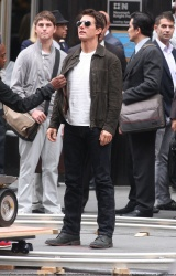 Tom Cruise - on the set of 'Oblivion' outside at the Empire State Building - June 12, 2012 - 376xHQ K1UvilWK