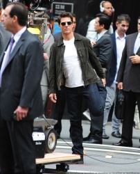 Tom Cruise - on the set of 'Oblivion' outside at the Empire State Building - June 12, 2012 - 376xHQ OFiPjX9n