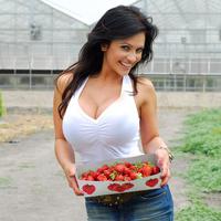 Дениз Милани, фото 4239. Denise Milani Plucking Strawberry., foto 4239