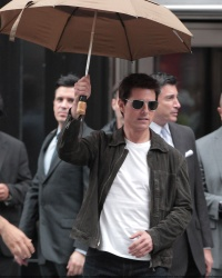 Tom Cruise - on the set of 'Oblivion' outside at the Empire State Building - June 12, 2012 - 376xHQ SoOGS0NB
