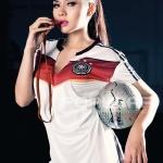 Vicky Shu Cewek artis Model Wanita Indonesia pakai kaos jersey bola - wartainfo.com