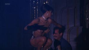 Demi Moore, Rena Riffel, Pandora Peaks &more @ Striptease (US 1996) [HD 1080p]  SA2z2ogA