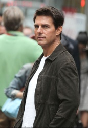 Tom Cruise - on the set of 'Oblivion' outside at the Empire State Building - June 12, 2012 - 376xHQ 4fjkEz2S