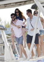 Nina Dobrev with her boyfriend Austin Stowell in Saint-Tropez (July 24) E4pJqWRC