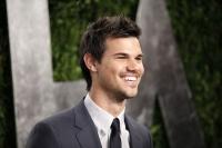 Taylor Lautner - Imagenes/Videos de Paparazzi / Estudio/ Eventos etc. - Página 38 Achg3YDM
