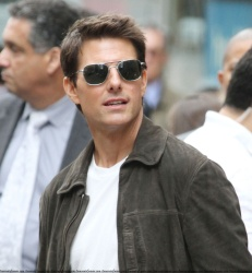 Tom Cruise - on the set of 'Oblivion' outside at the Empire State Building - June 12, 2012 - 376xHQ JIvdneYs