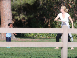 Sean Penn - Sean Penn and Charlize Theron - enjoy a day the park in Studio City, California with Charlize's son Jackson on February 8, 2015 (28xHQ) PMmGVD9I