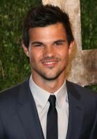 Taylor Lautner - Imagenes/Videos de Paparazzi / Estudio/ Eventos etc. - Página 38 AcnoNrT5