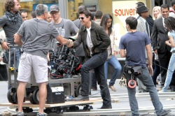 Tom Cruise - on the set of 'Oblivion' outside at the Empire State Building - June 12, 2012 - 376xHQ CjnCS0Bc