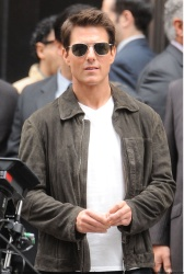 Tom Cruise - on the set of 'Oblivion' outside at the Empire State Building - June 12, 2012 - 376xHQ MxebrUtl