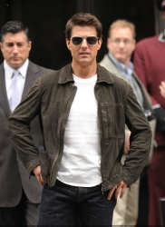 Tom Cruise - on the set of 'Oblivion' outside at the Empire State Building - June 12, 2012 - 376xHQ 2zDRfLjJ