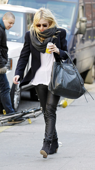 Dakota Fanning / Michael Sheen - Imagenes/Videos de Paparazzi / Estudio/ Eventos etc. - Página 5 AaszpNBb