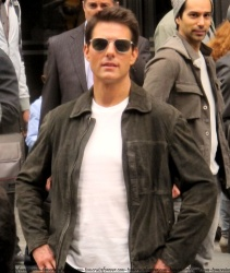Tom Cruise - on the set of 'Oblivion' outside at the Empire State Building - June 12, 2012 - 376xHQ 4z7nNBrH