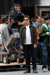 Tom Cruise - on the set of 'Oblivion' outside at the Empire State Building - June 12, 2012 - 376xHQ 0cyVhsFf
